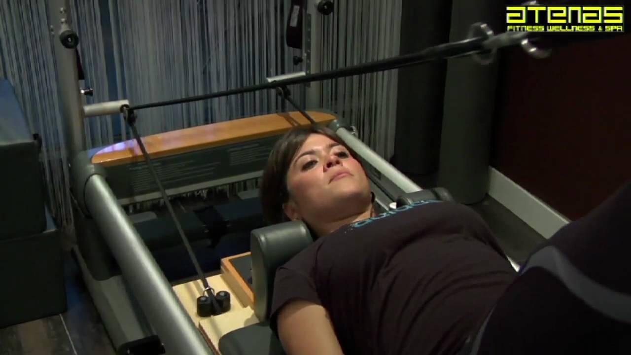 Vanesa Martin realiza ejercicios de Pilates con maquinas en el Gimnasio Atenas Benalmadena Marbella
